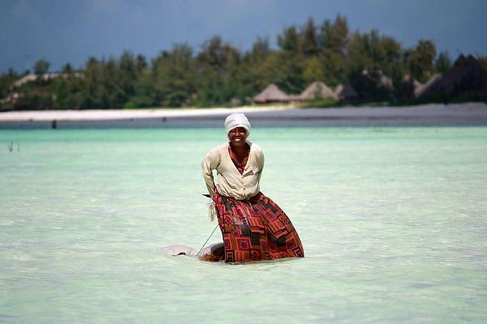 Frau im Wasser - Kitesurfen auf Sansibar