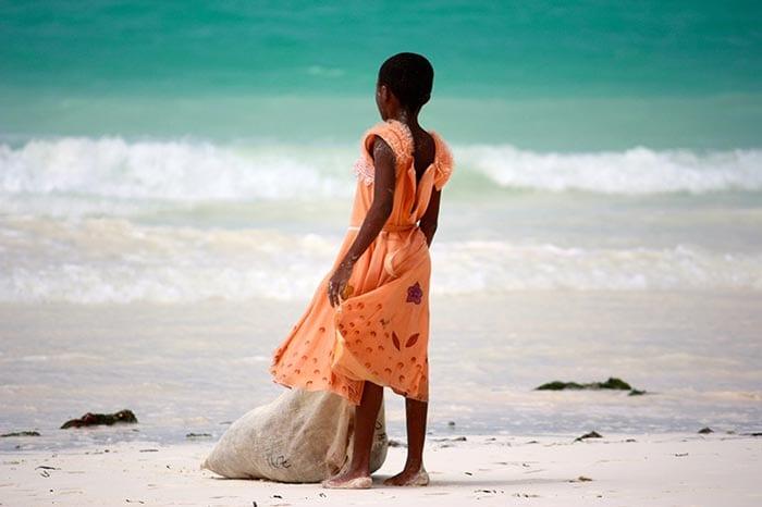 Kind am Strand - Kitesurfen auf Sansibar