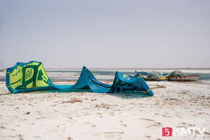 Kiteaufbau: Aufbau eines Kiteschirmes beim Kitesurfen