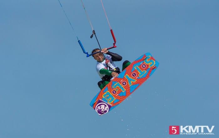 Indy Grab beim Kiten - Kitesurfen lernen