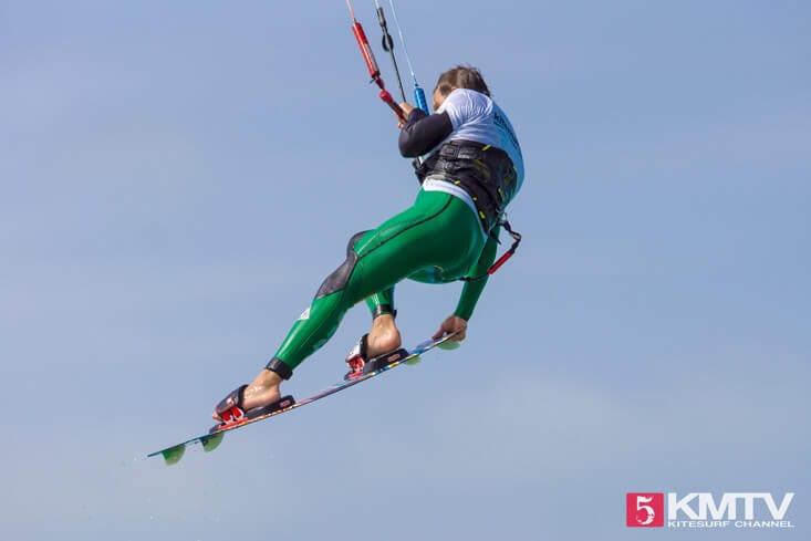 Tail Grab beim Kiten - Kitesurfen lernen