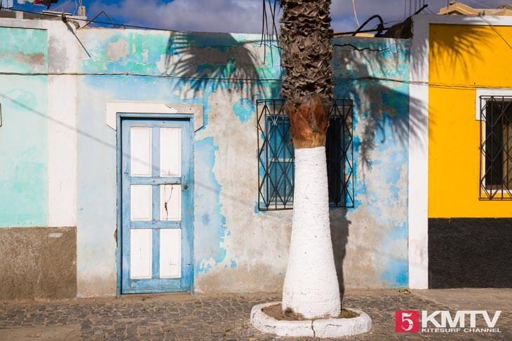 pastellfarbene Häuser - Kitereisen und Kitesurfen Sal Kapverden